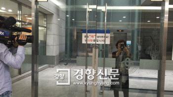 지난 6월3일 스크린도어 사고로 숨진 김모씨(19)의 분향소를 찾은 한 엄마부대 회원이 기자들의 얼굴을 촬영하고 있다. 이유진 기자