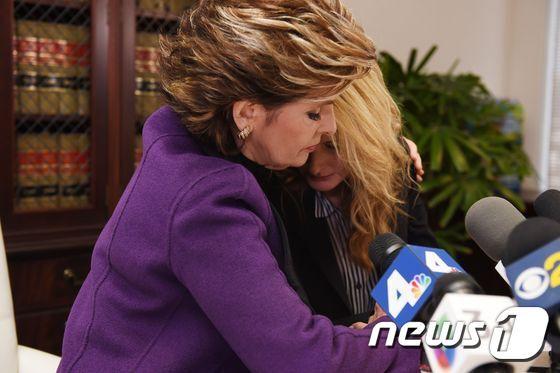 몹시 두려운 듯 몸을 떠는 제르보스를 알레드 변호사가 안아주고 있다. © AFP=뉴스1