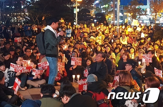 12일 울산 촛불집회에서 발언하는 중학생.2016.11.12./뉴스1© News1 김형열기자