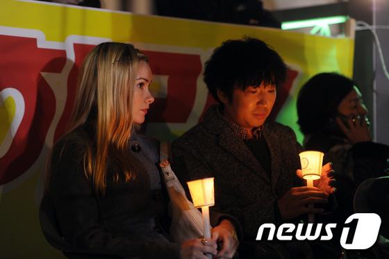 박근혜 대통령 퇴진 촉구 촛불집회에서 참여한 외국인들.  /뉴스1 DB