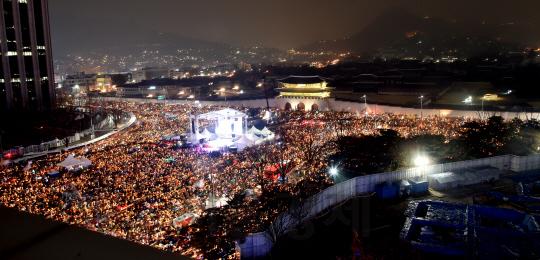 박근혜 대통령의 퇴진을 요구하는 '5차 촛불집회'가 지난 26일 오후 서울 종로구 광화문광장 일대에서 열린 가운데, 수많은 집회 참가자들이 대통령의 퇴진을 외치며 촛불을 밝혔다./사진공동취재단