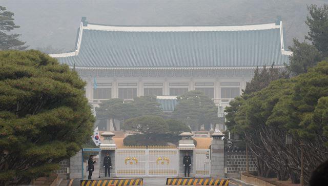 대통령 탄핵정국으로 급하게 돌아가는 가운데 5일 청와대 본관 앞이 적막감에 휩싸여있다. 고영권기자
