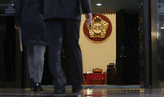 박근혜 대통령 탄핵소추안 표결을 앞두고 의원들이 국회 본회의장으로 들어가고 있다. 배우한 기자