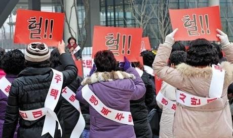 박근혜 대통령의 '행복주택' 공약으로 피해를 보게 된 지역 주민들이 세종시 정부청사 앞에서 행복주택 반대 시위를 하고 있다. /조선일보 DB