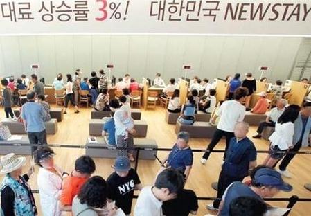 지난해 8월 말 인천 남구 도화동에 문을 연 뉴스테이 'e편한세상 도화' 견본주택에 관람객들이 길게 줄을 서서 상담을 기다리고 있다. /대림산업 제공