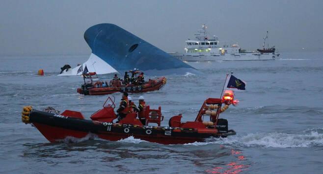 세월호가 침몰한 2014년 4월16일 오후 전남 진도 동거차도 앞 해상에서 해양경찰들이 조명탄을 밝히며 실종자 구조와 수색 작업을 벌이고 있다. 진도/김봉규 선임기자 bong9@hani.co.kr