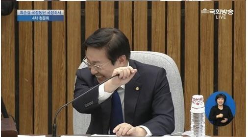 박범계 의원이 4차 청문회 도중 웃음을 참지 못하고 있다. [사진 국회방송 캡쳐]