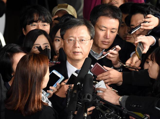 지난달 6일 서울중앙지검에 출석한 우병우 전 청와대 민정수석이 기자들에게 둘러싸여 있다.  사진공동취재단