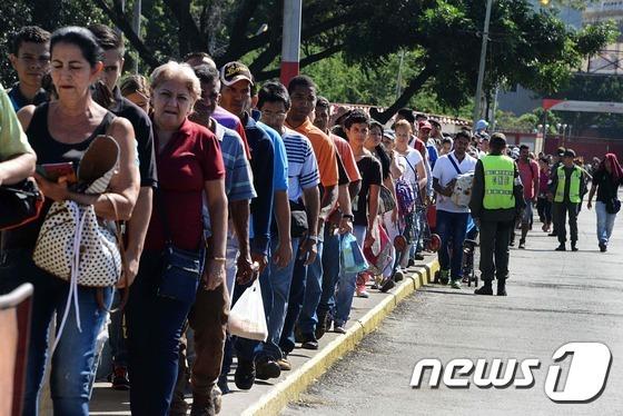 20일(현지시간) 베네수엘라 주민들이 베네수엘라와 콜롬비아를 잇는 시몬 볼리바르 국제 다리를 건너고 있다. © AFP=뉴스1