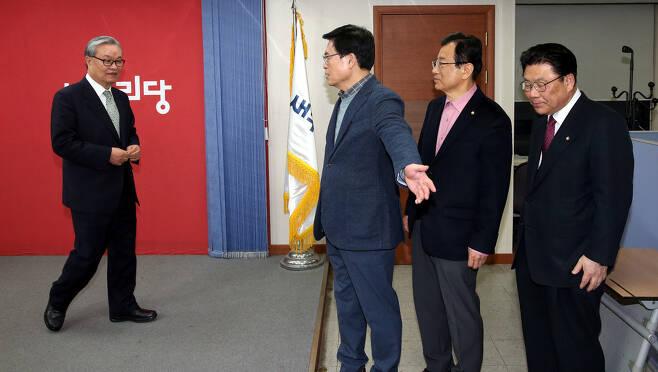 인명진 새누리당 비상대책위원장 내정자(맨왼쪽)가 25일 오후 서울 여의도 당사에서 기자간담회를 한 뒤 배석했던 정우택 원내대표(왼쪽 둘째)의 안내를 받고 있다. 강창광 기자 chang@hani.co.kr