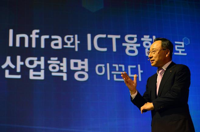 황창규 KT 회장이 지난해 9월 23일 서울 종로구 KT광화문 올레스퀘어에서 'KT미래전략 발표 기자간담회'에 참석해 미래전략을 발표하고 있다./ 사진=뉴스1