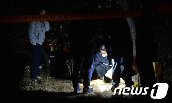 7일 새해 첫 촛불집회가 열린 서울 광화문광장 인근 열린시민공원에서 50대로 추정되는 한 남성이 분신 시도 후 병원으로 후송된 가운데 경찰이 현장감식을 하고 있다. 2017.1.7/뉴스1 © News1 오대일 기자