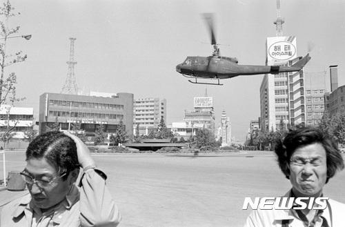 【광주=뉴시스】류형근 기자 = 국립과학수사연구원이 5·18민주화운동 당시 계엄군의 헬기 사격을 37년만에 공식화 한 가운데 5·18기념재단이 12일 오후 광주 서구 기념재단 시민사랑방에서 1980년 5월21일 오전 11시 금남로 상공을 날고 있는 헬기 사진을 공개했다. 2017.01.14. (사진=5·18기념재단 제공)   photo@newsis.com