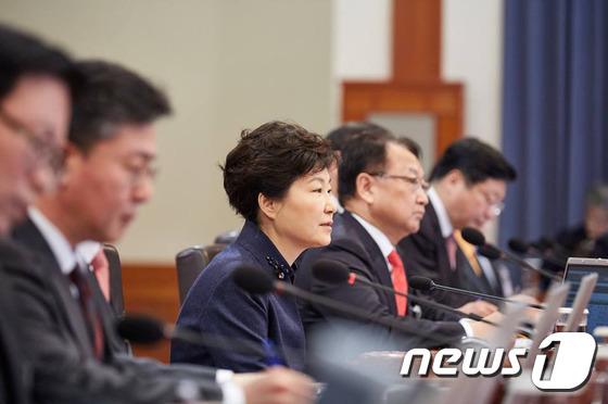 박근혜 대통령이 지난해 2월2일 오전 청와대에서 국무회의를 주재하는 모습. (청와대) 2016.2.2/뉴스1 © News1 이광호 기자