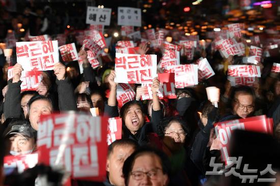 지난해 10월 29일 오후 서울 청계광장에서 열린 '모이자! 분노하자! 내려와라 박근혜' 촛불집회 참석자들이 촛불을 들고 박근혜 대통령 탄핵을 외치고 있다. 황진환기자