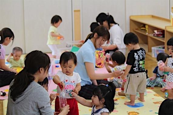 일본 교토(京都)시 야마시나(山科)구의 인가 보육시설인 나기쓰지(??) 보육원에서 보육사들이 1세 아동들을 돌보고 있다. [지지통신]