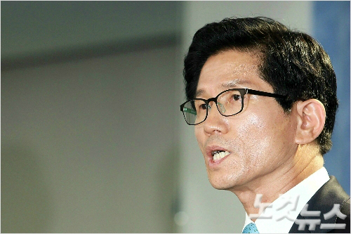 김문수 전 경기도지사는 6일 국회에서 기자회견을 열고 박 대통령의 탄핵은 기각돼야 한다고 주장했다. (사진=황진환 기자/자료사진)