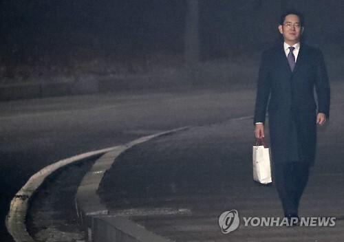 이재용 부회장이 지난달 19일 구속영장 기각 직후 서울구치소를 걸어나오고 있다.
