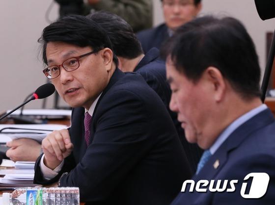 윤상현 자유한국당 의원(사진 왼쪽) 2017.2.13/뉴스1 © News1 송원영 기자