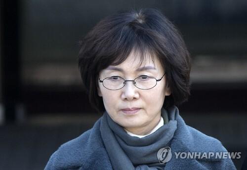 최경희 전 총장이 14일 영장실질심사를 받고 법원을 나서고 있다.