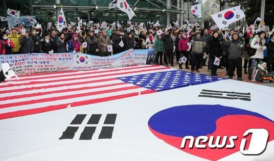 23일 오후 부산 해운대구 좌동 해운대문화센터 앞에서 열린 국민총궐기운동본부 태극기 집회에서 참가자들이 태극기를 흔들고 있다./뉴스1 © News1 여주연 기자