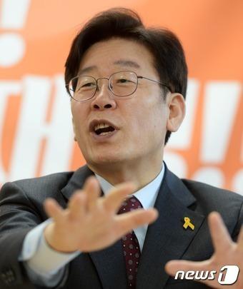 이재명 성남시장이 23일 서울 여의도 캠프 사무실에서 열린 뉴스1과 인터뷰를 하고 있다. 2017.2.23/뉴스1 © News1 오대일 기자