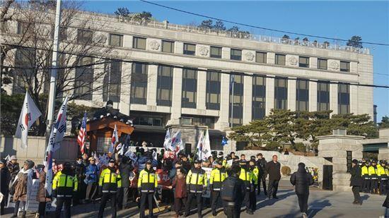 27일 오후 진행될 탄핵심판 최종변론을 앞두고 '탄핵기각'을 주장하는 박근혜 대통령 지지자들이 헌재 청사 앞으로 몰려 들어 소란을 빚고 있다.<사진=김민진 기자 enter@>
