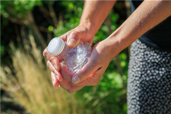 전문가들은 플라스틱에서 용출되는 환경호르몬의 위험성 만큼이나 실생활에서 사용하는 과정 중에 가열, 재활용 등 잘못된 사용을 통해 미생물 문제 등이 발생할 위험 또한 높다고 지적한다. 사진 = 게티이미지