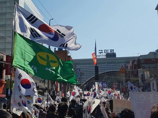 6일 오후 경북 구미시 원평동 구미역 건너편 도로에서 열린 박근혜 대통령 탄핵 반대 집회에서 참가자들이 태극기와 새마을기를 흔들고 있다. 구미/김일우 기자 cooly@hani.co.kr