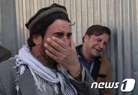 카불 소재 군사 병원에서 8일 무장 괴한의 공격으로 80명의 사상자가 발생했다. 아프간 시민들은 처참한 테러 현장 앞에서 오열했다. © AFP=뉴스1