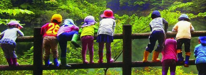 일본에서 인구가 가장 적은 현인 일본 돗토리현은 '육아왕국 돗토리현'을 선언하고 저출산 대책을 적극 추진하고 있다. 사진은 돗토리현에 있는 '숲유치원 마루탄보'의 수업 모습. 이 유치원은 실내가 아닌 숲과 강 등에서 수업을 진행하는 자연친화적 유치원으로, 지자체에서 적극적인 지원을 하고 있다. 마루탄보 제공