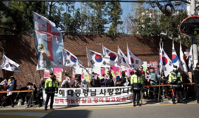 3월14일 서울 삼성동 박근혜 전 대통령 사저 앞에서 지지자들이 태극기를 흔들고 있다. © 시사저널 고성준