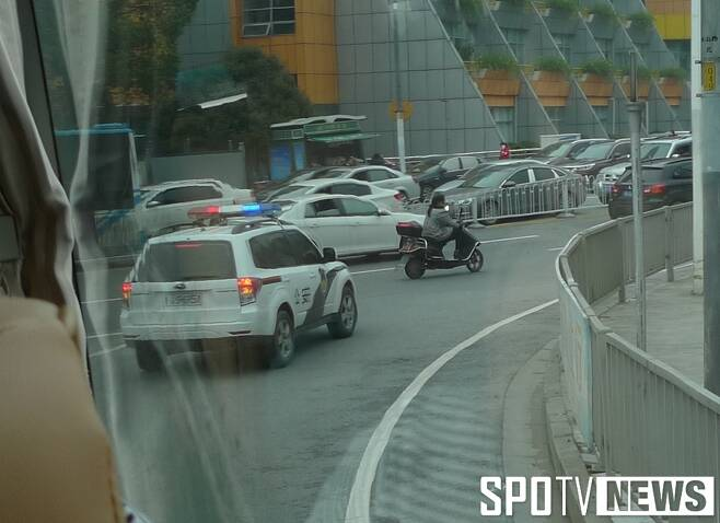 ▲ 취재진 버스(사실 대표 팀 버스)를 에스코트하는 중국 공안 차량. 중국에 와서 호사를 누린다.