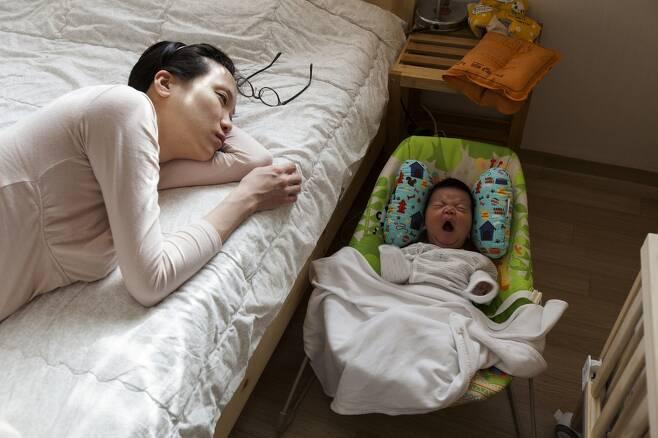 제19대 국회 임기 중이던 2015년 4월18일 장하나 당시 국회의원이 태어난 지 두 달 된 딸 두리(2월11일 출생)를 재우고 있다. 두리 아빠 사진가 점좀빼