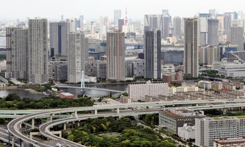 [교도=연합뉴스 자료사진] 도쿄만 바닷가에 가까이 줄지어 들어선 미나토구 일원 초고층아파트들의 2015년 모습.