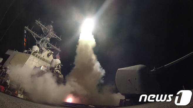 7일(현지시간) 새벽 미 해군 구축함이 지중해 동부에서 미사일을 발사하고 있다. (사진=미국 해군 홈페이지) © News1 김진 기자