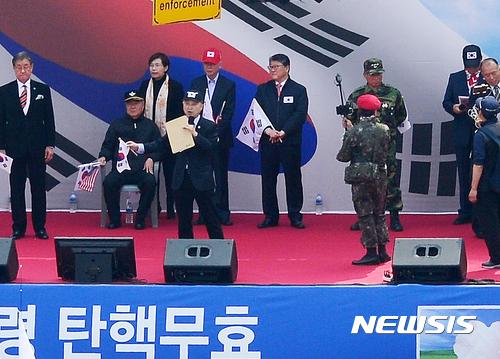 【서울=뉴시스】박주성 기자 = 자유한국당 조원진(뒷줄 왼쪽에서 다섯번째) 의원이 8일 오후 서울 중구 대한문 앞에서 열린 '제5차 탄핵무효 국민정항 총궐기 국민대회'에 참석하고 있다.    이날 조원진 의원은 자유한국당 탈당을 선언했다. 2017.04.08.   park7691@newsis.com