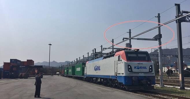 코레일의 컨테이너 화물열차가 13일 오전 10시10분 이동식 전차선(빨간선)으로 동력을 공급받으며 옥천역으로 진입하고 있다.