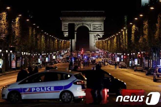 20일(현지시간) 프랑스 파리 샹젤리제 거리에서 총격 사건이 발생한 직후 경찰이 이곳을 봉쇄하고 있다. © AFP=뉴스1
