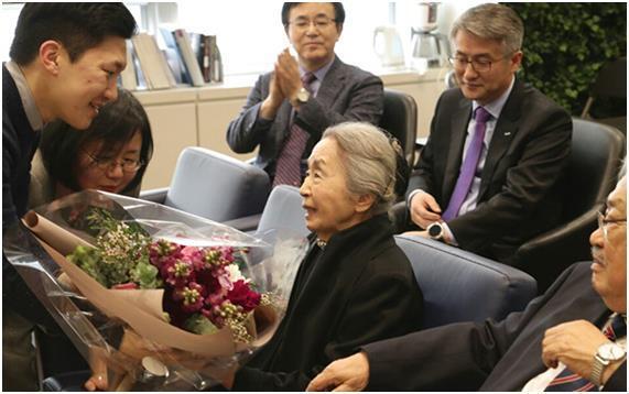 지난달 24일 서울 연세대학교 학술정보관에서 열린 '안중근 사료센터 개소식'에서 안중근 의사 동생인 안정근 선생의 둘째 며느리 박태정 여사(85)가 센터 관계자들로부터 꽃다발을 받고 있다. 연세춘추 제공