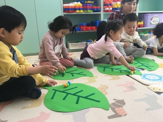 지난달 28일 경기 군포의 이주아동 어린이집에서 아이들이 애벌레에서 나비가 되는 과정을 율동과 함께 배우고 있다.