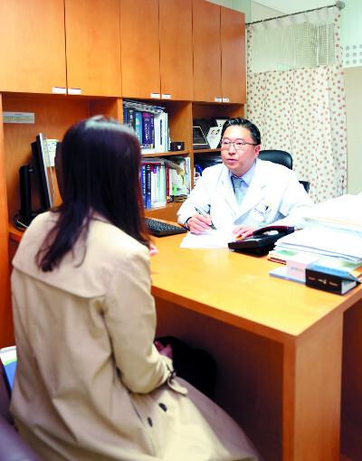 서호석 차의과대학 정신건강의학과 교수가 지난 2일 진찰실에서 산후우울증 환자를 상담하고 있다. 차의과대학 제공