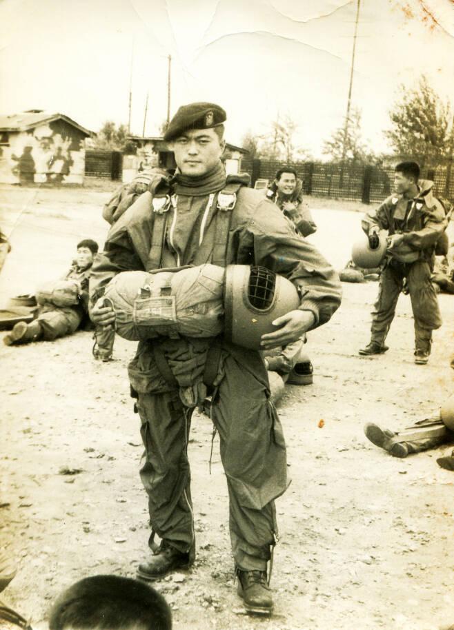 강제징집된 문재인 대통령은 당시 특전사령부 예하 제1공수특전여단 제3대대에 배치됐다. 당시 여단장이 전두환 전 대통령이었다.