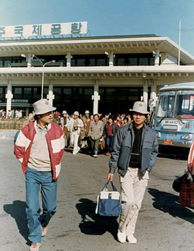 문재인과 노무현이 부산에서 합동법률사무소를 운영하던 시절 직원들과 함께 야유회 가는 모습
