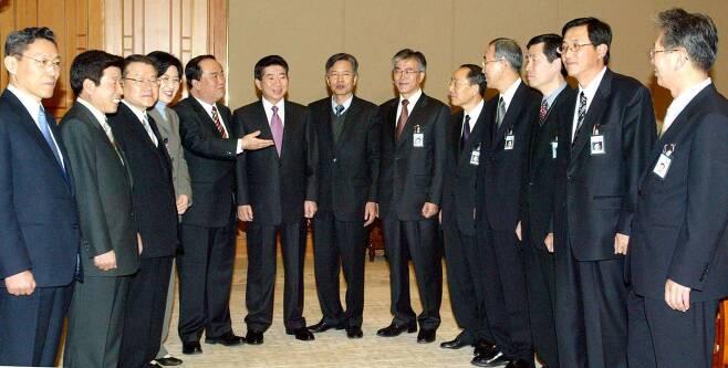 노무현 전 대통령이 주재한 새정부 첫 청와대 수석회의가 지난 2003년 2월 26일 오전 청와대 집현실에서 열렸다. 회의 시작 전 청와대에서 첫 밤을 보낸 노 전 대통령이 문재인 당시 민정수석을 비롯한 수석들과 환담하고 있다.