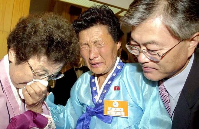 지난 2004년 7월 11일 문재인 청와대 시민사회수석이 어머니 강한옥씨와 함께 금강산 온정각에서 열린 제10차 이산가족 상봉단에 참석, 이모 강병옥(가운데)씨를 만나 눈물을 흘리고 있다.