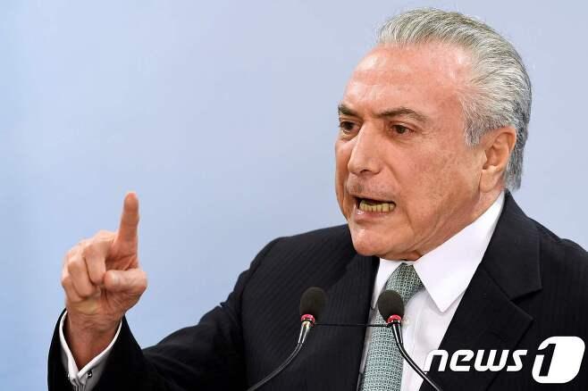 """18일(현지시간) 미셰우 테메르 브라질 대통령이 방송 성명을 통해 """"사퇴하지 않겠다""""고 말하고 있다. © AFP=뉴스1"""
