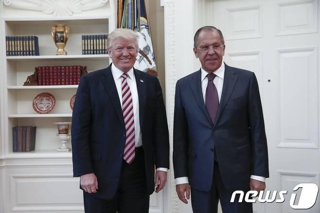 도널드 트럼프 미국 대통령(왼쪽)과 세르게이 라브로프 러시아 외무장관. © AFP=뉴스1