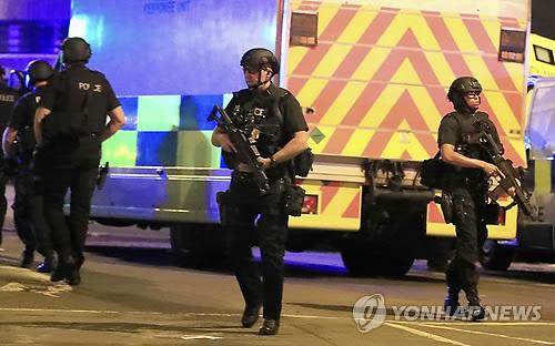 (런던 AP=연합뉴스) 22일(현지시간) 영국 북부 맨체스터 경기장에서 미국 팝가수 아리아나 그란데의 공연 중 폭발이 발생, 무장 경찰들이 현장에 출동하고 있다. 경찰은 이날 폭발로 19명이 사망하고 50여 명이 부상했다고 밝혔다. 경찰은 테러 가능성이 있다고 보고 정확한 상황을 수사 중이다.      ymarshal@yna.co.kr