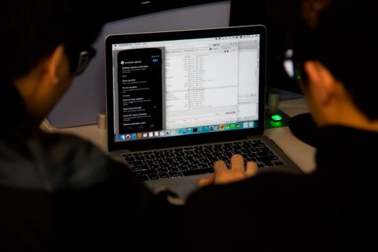 학생들이 컴퓨터 프로그래밍을 연구하고 있다. / 블룸버그 제공.